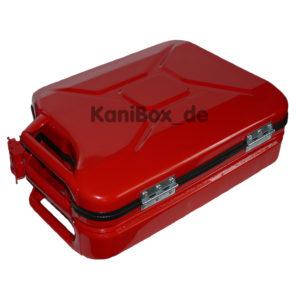 roter Blechkoffer aus einem Benzinkanister