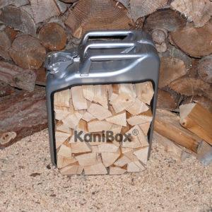 Brennholz im Benzinkanister